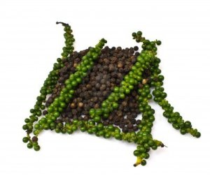 Black pepper in its dried and undried forms - pic via kampot-pepper.us
